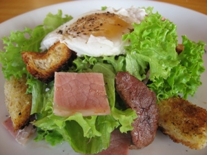 la Salade Lyonnaise (Poached Egg and Bacon Salad)